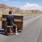 Un tânăr încântă lumea (la propriu), plimbându-și pianina pe toate meridianele