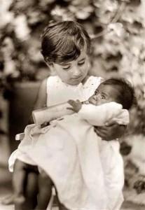 Aceasta fotografie ilustrează o fetiță orfană care hrănește cu biberonul o altă fetiță orfană de culoare neagră. Titlul fotografiei este: Triumph Over Tragedy (Triumf peste tragedie). Fotografia a fost făcută în 1925, în orfelinatul lui Horatio și Anna Spafford din Ierusalim.