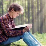 Copiii care au crescut înconjurați de cărți au venituri mai mari la maturitate