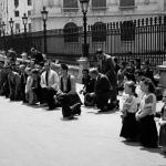 Bucureștenii rugându-se pentru țară